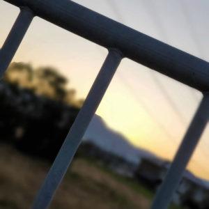 鉄格子越しの夕焼け